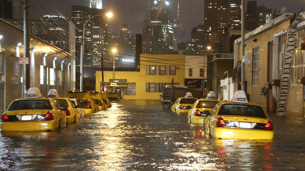 vehicles in a flooded street in Queens Borough of New York Quelle: dpa