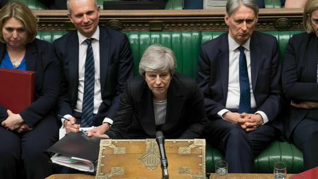 In this image made available by UK Parliament, Britain's Prime Minister Theresa May speaks during Prime Minister's Questions in the House of Commons, London, Wednesday, May 22, 2019. British Prime Minister Theresa May dug in Wednesday against a growing push by both rivals and former allies to remove her from office as her attempts to lead Britain out of the European Union appeared to be headed for a dead end. (Mark Duffy/UK Parliament via AP) Quelle: AP