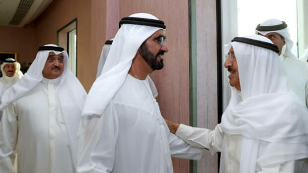 In this photo released by Emirates News Agency, WAM, the Emir of Kuwait, Sheikh Sabah Al-Ahmad Al-Jaber Al-Sabah, right, is received by UAE Vice President, Prime Minister and Ruler of Dubai, Sheikh Mohammed bin Rashid Al Maktoum, to hold talks about Qatar, in Dubai, United Arab Emirates, Wednesday, June 7, 2017. Saudi Arabia and three other Arab states cut ties with Qatar on Monday, accusing it of supporting violent Islamist groups across the region. (WAM via AP) Quelle: AP