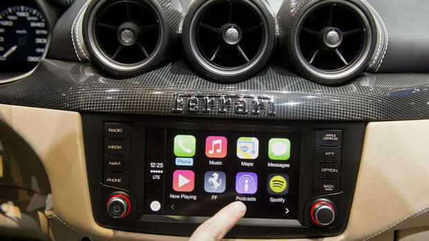 The new system CarPlay Apple integrated in the Ferrari FF Quelle: dpa