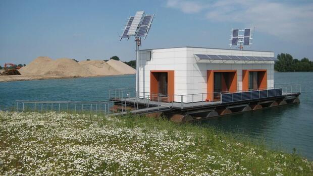 energieautark wohnen dieses hausboot erzeugt seinen strom selbst. Black Bedroom Furniture Sets. Home Design Ideas