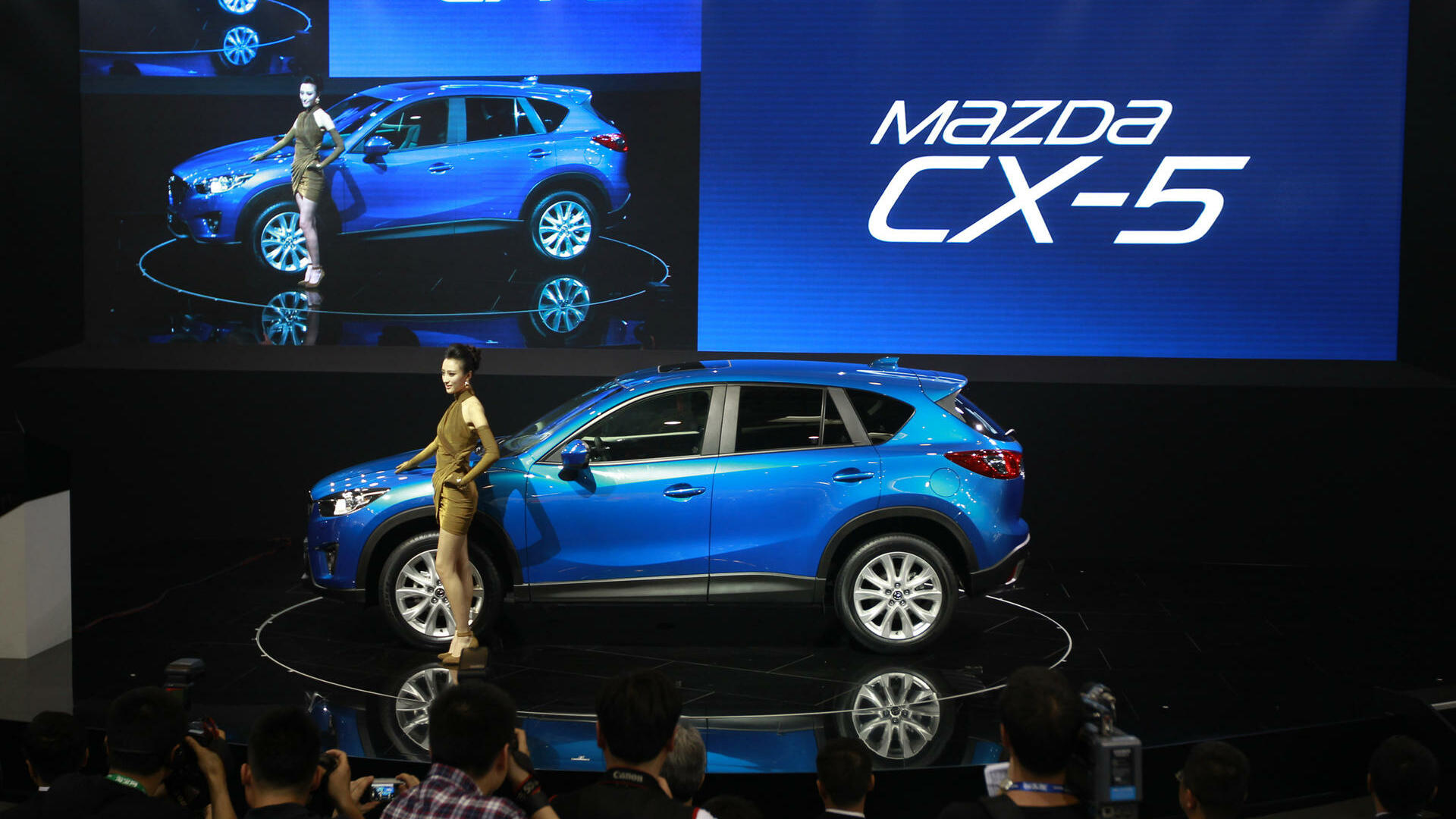 a model poses with Mazda's newly launched SUV CX-5 at the Beijing International Auto Exhibition in Beijing, China. Quelle: dapd