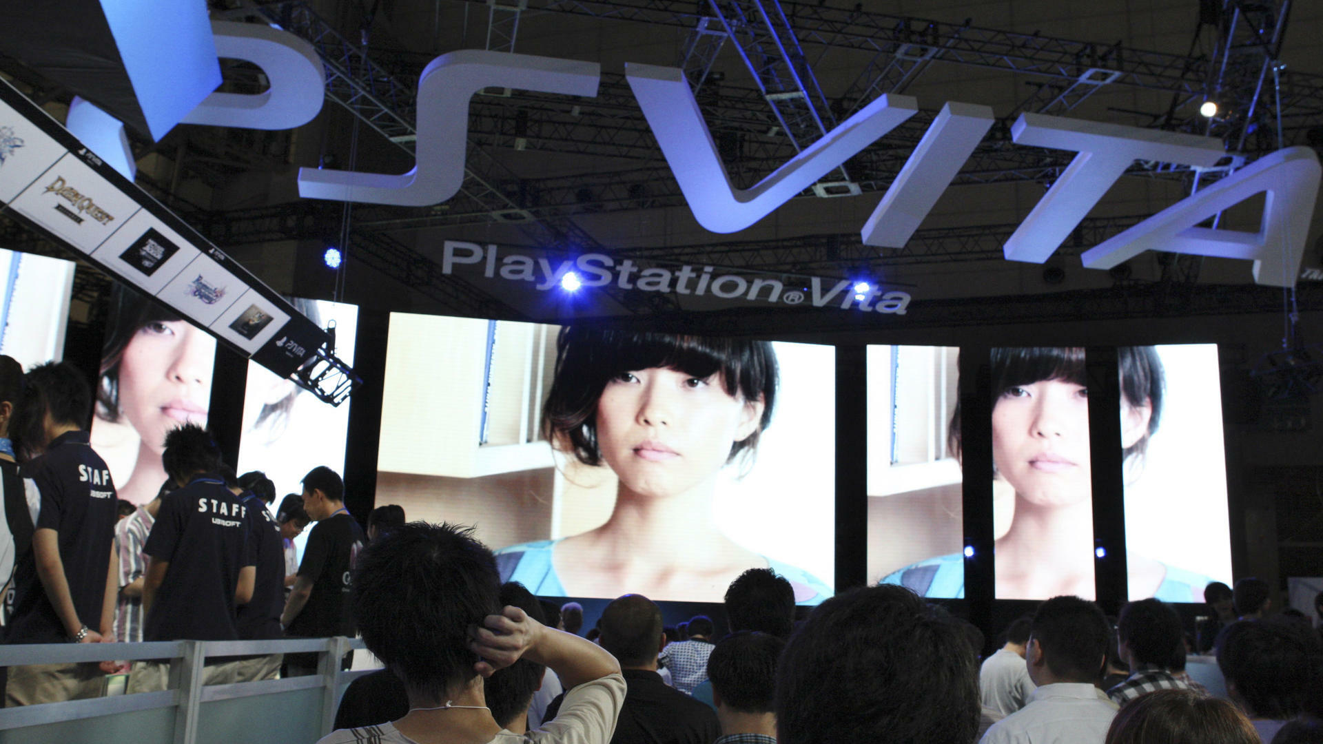 visitors crowd at the booth of Sony Computer Entertainment for a new portable machine, PlayStation Vita, at the Tokyo Game Show Quelle: dapd