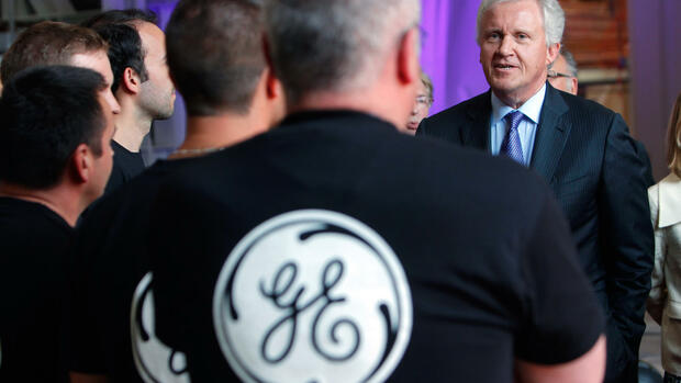 General Electric-CEO Jeffrey R. Immelt spricht mit Angestellten Quelle: AP