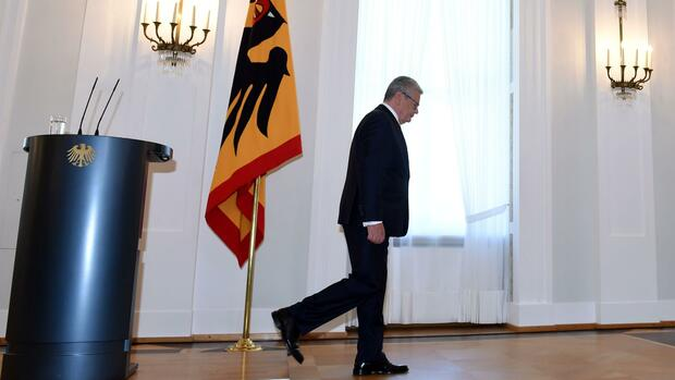 German Federal President Joachim Gauck leaves after delivering a statement at the Bellevue palace in Berlin, Germany, on June 6, 2016. German President Joachim Gauck said that he would not stand for a second term, creating a political headache for Chancellor Angela Merkel ahead of an election year. / AFP PHOTO / CHRISTOF STACHE Quelle: AFP
