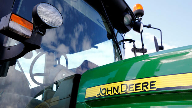 A logo of John Deere is seen on a tractor at the international agriculture exhibition in Minsk, Belarus June 7, 2016. REUTERS/Vasily Fedosenko/File Photo Quelle: Reuters