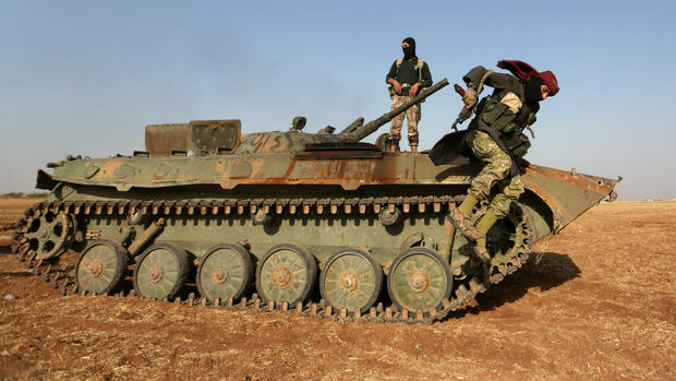 A rebel fighter jumps from a military vehicle on the outskirts of Syria Democratic Forces (SDF) controlled Tell Rifaat town, northern Aleppo province, Syria October 22, 2016. Picture taken October 22, 2016. REUTERS/Khalil Ashawi Quelle: Reuters