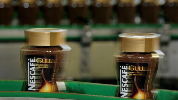 Glasses full of Nescafe instant coffee is produced in the Nescafe secion of a Nestle production centre Quelle: AP