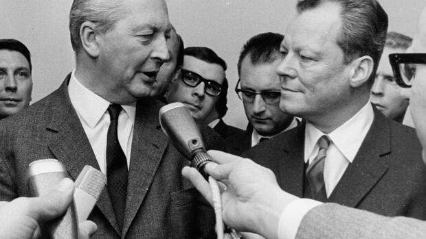 Kurt Georg Kiesinger (CDU) und Willy Brandt (SPD) im November1966 Quelle: AP
