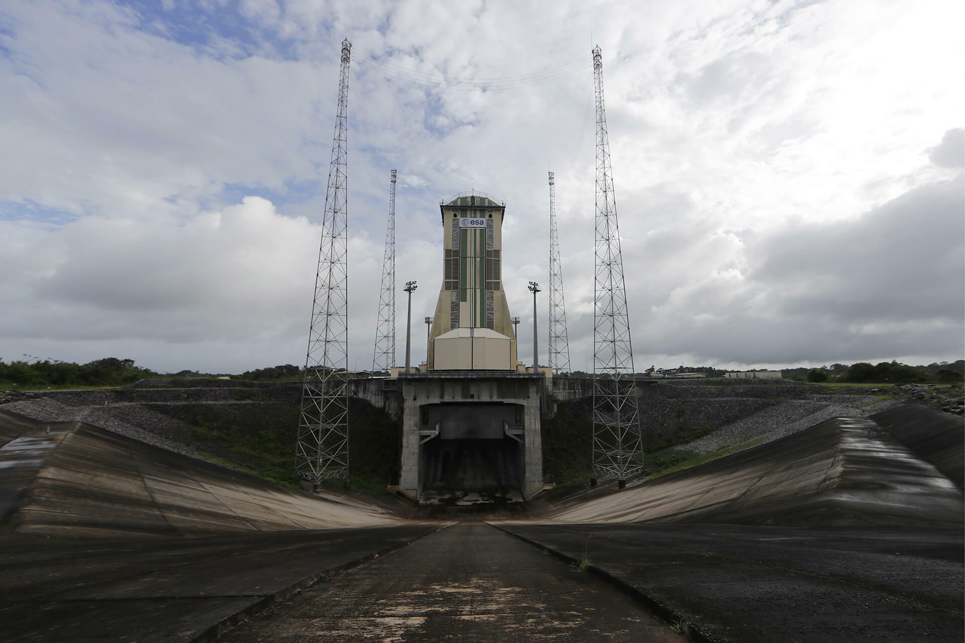 Blick auf die mobile Garage für die Ariane 6 an der Startrampe.