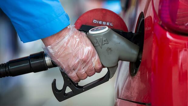 Schulze will Benzin und Heizöl teurer und Strom billiger machen
