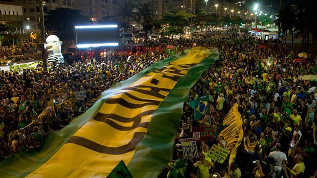 In Brasilien haben Hunderte Menschen gegen den durch einen Korruptionsskandal angeschlagenen Ex-Präsidenten da Silva demonstriert. Quelle dpa