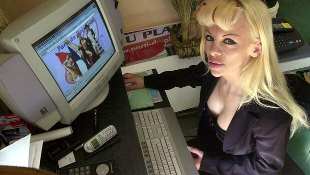 "Cindy Lee poses at her home in front of her web site "" the party of pleasure"" Quelle: AP"