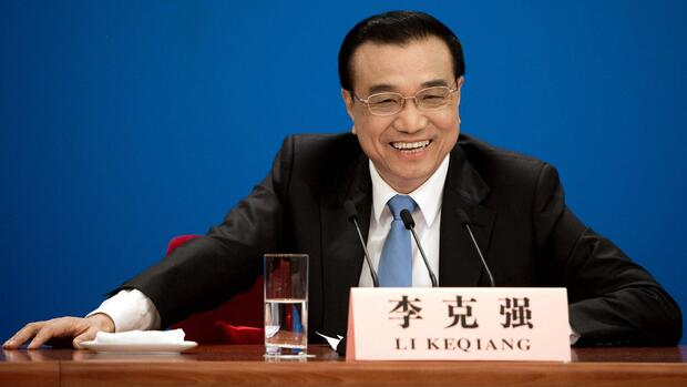 China's Premier Li Keqiang smiles during a press conference after the closing ceremony of the annual session of China's legislature, the National People's Congress (NPC), in Beijing's Great Hall of the People on March 15, 2017. Chinese Premier Li Keqiang on March 15 warned the United States against starting a trade war while expressing optimism that the world's two largest economies could keep relations steady despite frictions in the Trump era. / AFP PHOTO / Nicolas ASFOURI Quelle: AFP