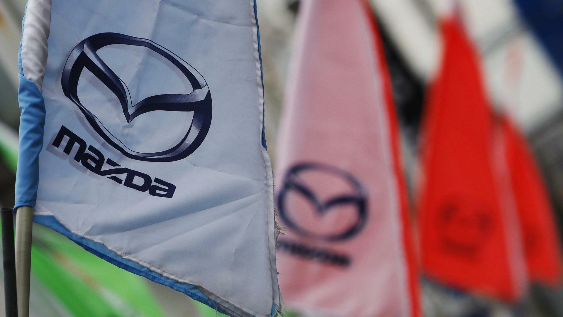 Logos of Mazda Motor Corp are seen at a dealership in Tokyo Quelle: REUTERS
