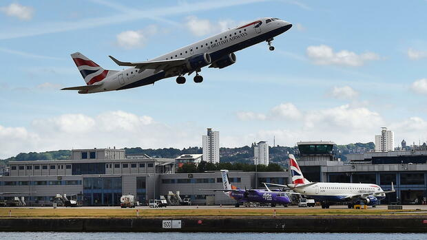 Ein Flugzeug von British Airways startet vom London City Airport Quelle: dpa