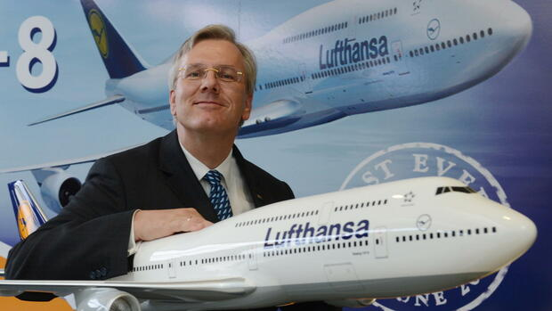 Christoph Franz, chairman and CEO of Deutsche Lufthansa AG, poses for a picture beside a model of the Lufthansa Boeing 747-8 Intercontinental Quelle: dpa