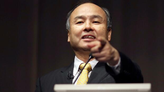FILE - In this Nov. 4, 2014 file photo, SoftBank founder and Chief Executive Officer Masayoshi Son speaks during a news conference in Tokyo. SoftBank Corp. says it is investigating a shareholder campaign that sought the ouster of former Google executive Nikesh Arora, who had been groomed to lead the Japanese technology company. (AP Photo/Eugene Hoshiko, File) Quelle: AP