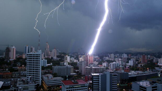 epa05243142 (FILE) A file picture dated 16 September 2004 shows lightning striking a building in Panama City, Panama. Millions of leaked documents published on 03 April 2016 suggest that 140 politicians and officials from around the globe, including 72 former and current world leaders, have connections with secret 'offshore' companies to escape tax scrutiny in their countries. The leak involves 11.5 million documents from one of the world's largest offshore law firms, Mossack Fonseca, based in Panama. The investigation dubbed 'The Panama Papers' was undertaken and headed by German newspaper Sueddeutsche Zeitung and Washington-based International Consortium of Investigative Journalists (ICIJ), with the collaboration of reporters from more than 100 media outlets in 78 countries around the world. EPA/MARCOS DELGADO *** Local Caption *** 00327996 +++(c) dpa - Bildfunk+++ Quelle: dpa