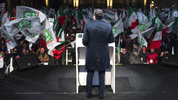 epa05657370 A handout image released by the Palazzo Chigi press office shows Italian Prime Minister Matteo Renzi (C) delivering his speech during the campaign for to vote 'Yes' in the 04 December Costitutional Referendum, in Florence, Italy, 02 December 2016. The crucial referendum is considered by the government to end gridlock and make passing legislation cheaper by, among other things, turning the Senate into a leaner body made up of regional representatives with fewer lawmaking powers. It would also do away with the equal powers between the Upper and Lower Houses of parliament - an unusual system that has been blamed for decades of political gridlock. EPA/TIBERIO BARCHIELLI / HANDOUT HANDOUT EDITORIAL USE ONLY/NO SALES +++(c) dpa - Bildfunk+++ Quelle: dpa
