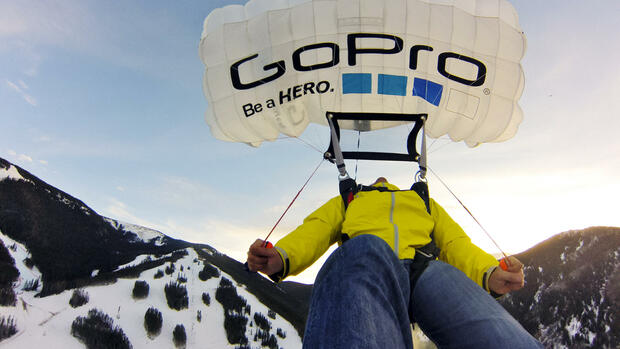 huGO-BildID: 29019512 In this photo provided by GoPro, Marshall Miller parasails over the Birds of Prey World Cup ski course in Beaver Creek, Colo., Sunday, Dec. 2, 2012. (Foto:GoPro, Marshall Miller/AP/dapd) Quelle: dapd