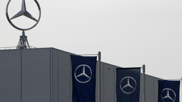 File picture shows Mercedes Benz logos at the factory of German car maker Daimler Quelle: REUTERS
