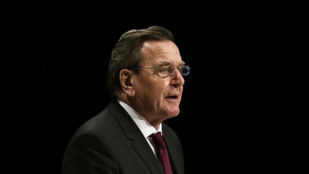 """Schröder lobte Merkel für ihre Entschlossenheit. Der Altkanzler übte aber auch Kritik: """"Merkel hätte ein paar Leute in Europa vorher anrufen sollen."""" Quelle: ap"""