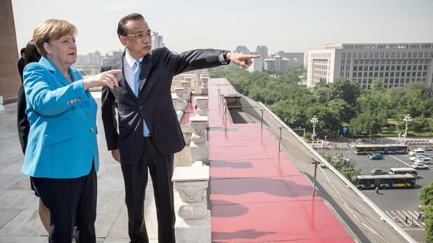 hneBundeskanzlerin Merkel und der chinesische Ministerpräsidenten Li Keqiang. Ohne China wird in Zukunft nichts mehr gehen, meint Kishore Mahbubani. Quelle: dpa
