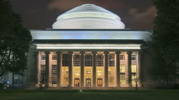 "Das Massachusetts Institute of Technology. ""MIT Dome night1 Edit"" von Fcb981, this edited version by Thermos - Photo by Fcb981, COM:FPC. Lizenziert unter Creative Commons Attribution-Share Alike 3.0 über Wikimedia Commons"