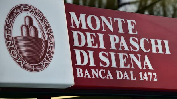 (FILES) This file photo taken on January 19, 2016 shows the logo of the Monte Dei Paschi di Siena bank in Milan. Italian bank Monte Paschi di Siena (BMPS) announced on October 25, 2016 plans to cut 2,600 jobs and close around 500 branches in a bid to turnaround the troubled lender. BMPS, the world's oldest bank still operating today, unveiled the overhaul as it posted a net loss of 1.15 billion euros ($1.3 billion) in the third quarter, sparking volatile trading in its shares. / AFP PHOTO / GIUSEPPE CACACE Quelle: AFP