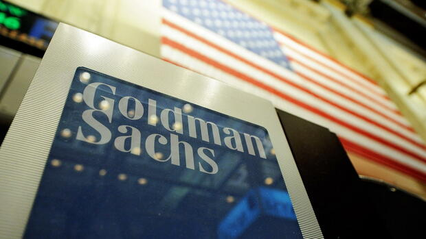 showing a sign at the Goldman Sachs both on the floor of the New York Stock Exchange Quelle: dpa