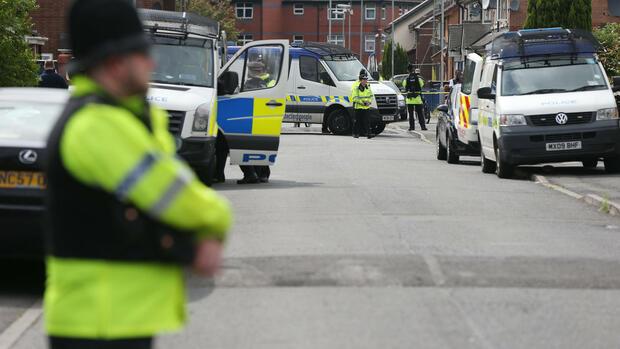 Nach Anschlag in Manchester: Polizei weitet Ermittlungen aus