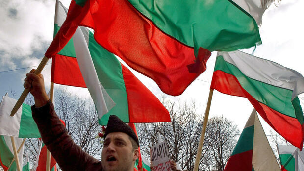 Supporters of the ultranationalist Bulgarian party Ataka (attack) wave national flags during a anti-government rally in central Sofia, Bulgaria Quelle: dpa/dpaweb