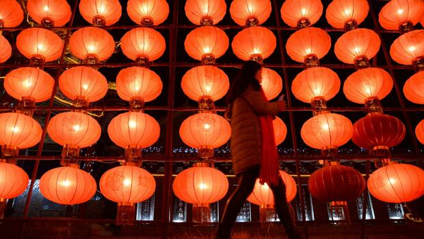 This picture taken on February 20, 2016 shows a woman walking past lanterns at an exhibition of lanterns in a square in Handan, in China's northern Hebei province. The exhibition was held in the buildup to the Lantern Festival on February 22, which marks the end of the traditional two-week period of celebrations of the Lunar New Year. CHINA OUT AFP PHOTO Quelle: AFP