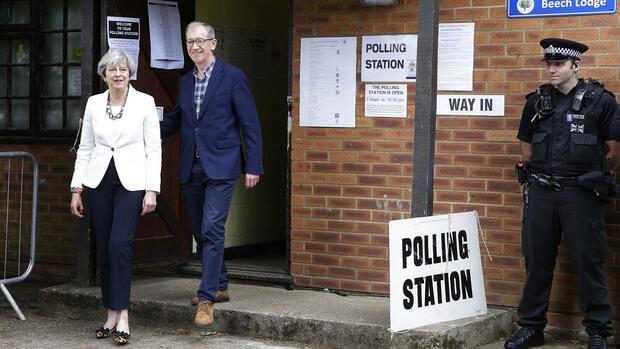 Britische Premierministerin May will neue Regierung bilden