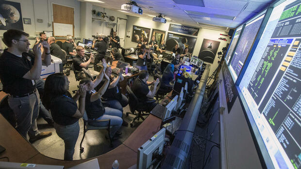 New Horizons Flight Controllers celebrate after they received confirmation from the spacecraft that it had successfully completed the flyby of Pluto Quelle: AP