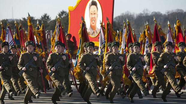 North Korean soldiers march and carry a portrait of the late North Korean leader Kim Jong Il during a military parade at Kumsusan Memorial Palace in Pyongyang Quelle: dapd