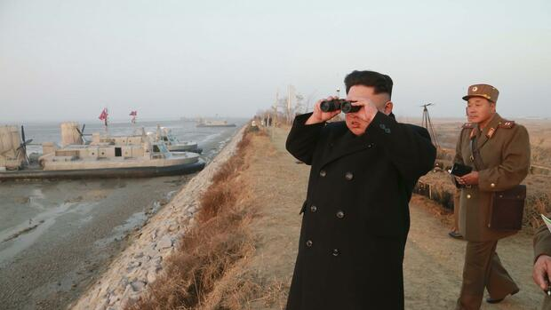North Korean leader Kim Jong Un looks through a pair of binoculars as he organizes and guides a combined joint drill of the units under KPA Combined Units 572 and 630 in this undated photo released by North Korea's Korean Central News Agency (KCNA) in Pyongyang November 23, 2014. REUTERS/KCNA (NORTH KOREA - Tags: POLITICS MILITARY MARITIME) ATTENTION EDITORS - THIS PICTURE WAS PROVIDED BY A THIRD PARTY. REUTERS IS UNABLE TO INDEPENDENTLY VERIFY THE AUTHENTICITY, CONTENT, LOCATION OR DATE OF THIS IMAGE. FOR EDITORIAL USE ONLY. NOT FOR SALE FOR MARKETING OR ADVERTISING CAMPAIGNS. THIS PICTURE IS DISTRIBUTED EXACTLY AS RECEIVED BY REUTERS, AS A SERVICE TO CLIENTS. NO THIRD PARTY SALES. NOT FOR USE BY REUTERS THIRD PARTY DISTRIBUTORS. SOUTH KOREA OUT. NO COMMERCIAL OR EDITORIAL SALES IN SOUTH KOREA Quelle: Reuters