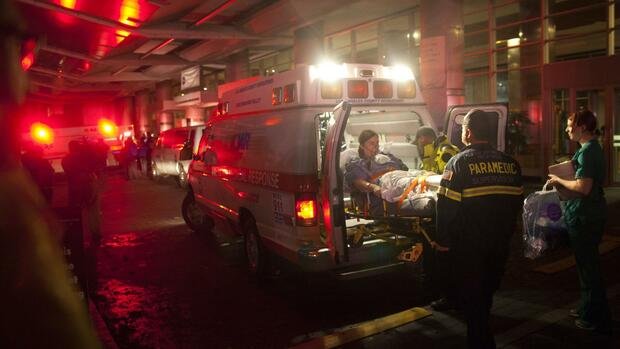 Paramedics evacuate patients from New York University Tisch Hospital due to a power outage as Hurricane Sandy Quelle: REUTERS