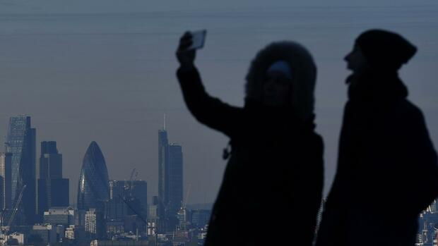Selfie-Aufnahmen im Greenwich Park in London. Quelle: AFP; Files; Francois Guillot