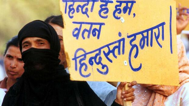 "A Muslim woman holds a placard saying ""We are Hindi and India is our country,"" which is a quote from a famous patriotic song Quelle: AP"