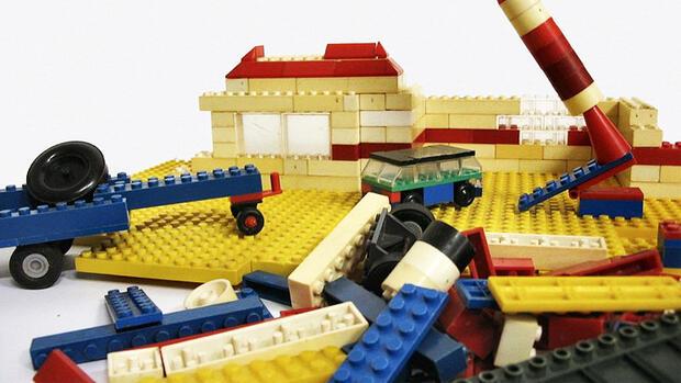 spielwaren f r lego stehen m nner schlange. Black Bedroom Furniture Sets. Home Design Ideas