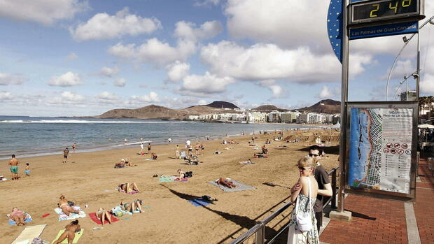 People enjoy the high temperatures at Las Canteras beach in Las Palmas de Gran Canaria, Canary Islands, Spain, Quelle: dpa