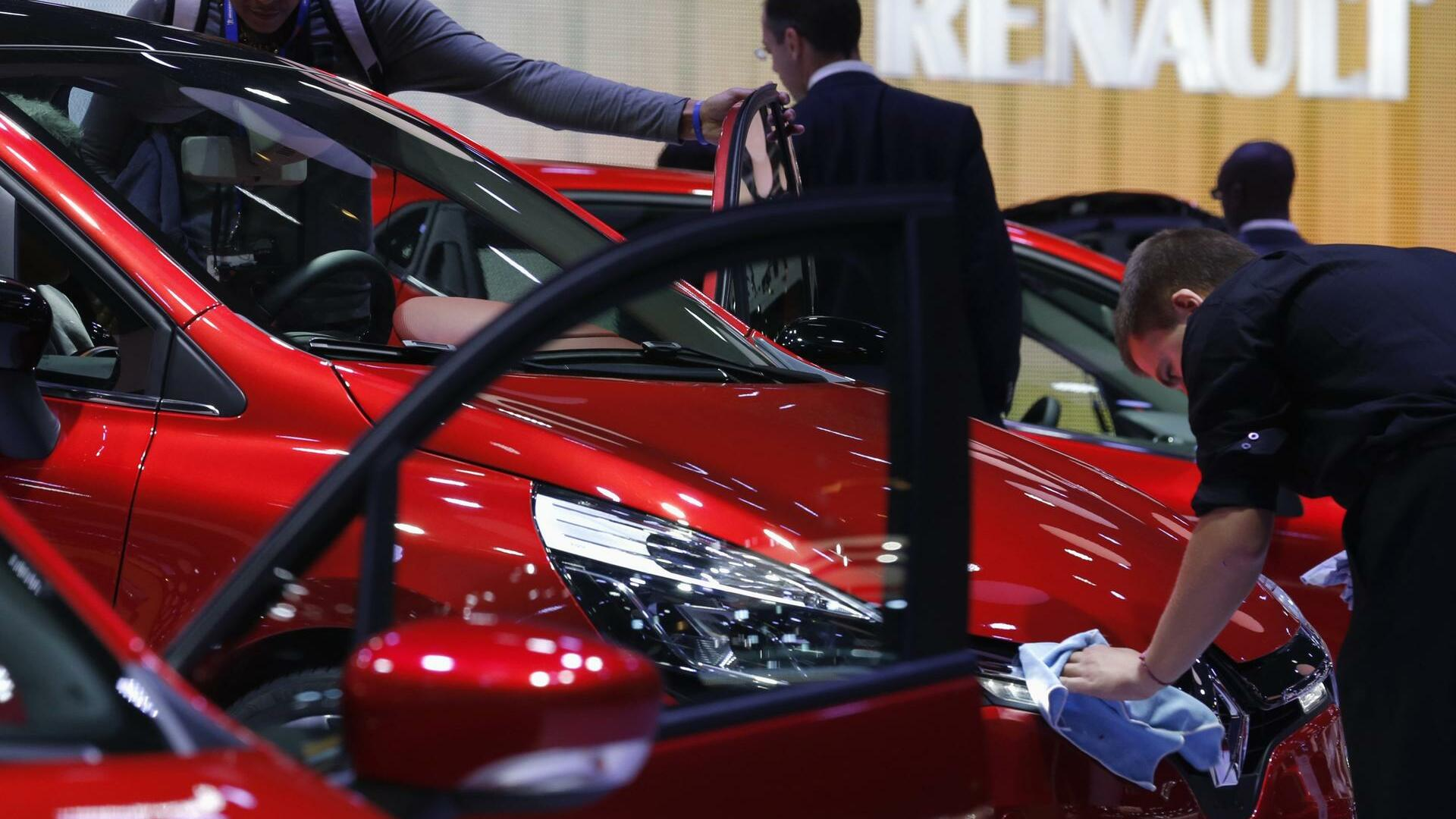 People visit the Renault showcase on media day at the Paris Mondial de l'Automobile Quelle: REUTERS