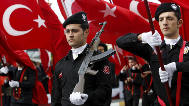 Turkish police officers march during a Republic Day ceremony in Istanbul, Turkey, October 29, 2015. To match TURKEY-SECURITY/POLICE REUTERS/Murad Sezer/File Photo Quelle: Reuters