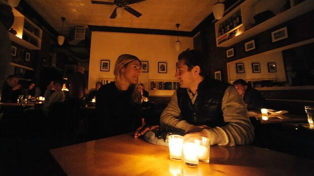 People have dinner by candlelight at the Snack Tavern in New York City Quelle: dpa