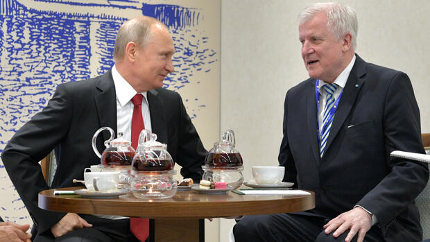 Russian President Vladimir Putin, left, meets with Bavarian Prime Minister Horst Seehofer at the the St. Petersburg International Economic Forum in St. Petersburg, Russia, Friday, June 2, 2017. (Alexei Druzhinin/Sputnik, Kremlin Pool Photo via AP) Quelle: AP