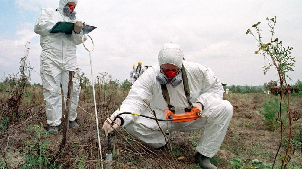 A radioactive specialist measures the level of radioactive contamination in the soil in Kopachi village Quelle: AP