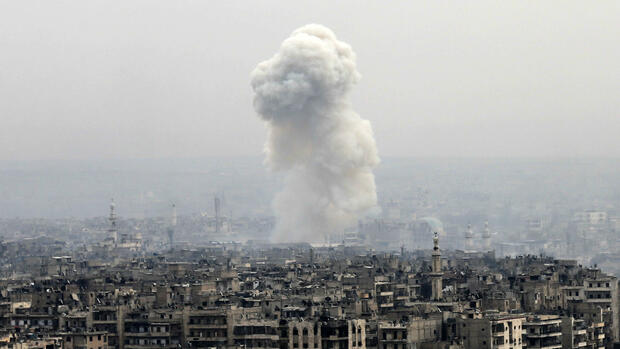 Smoke rises following a Syrian government air strike on rebel positions, in eastern Aleppo, Syria, Monday, Dec. 5, 2016. The government seized large swaths of the Aleppo enclave under rebel control since 2012 in the offensive that began last week. The fighting was most intense Monday near the dividing line between east and west Aleppo as government and allied troops push their way from the eastern flank, reaching within less than a kilometer, about half a mile, from the citadel that anchors the center of the city.(AP Photo/Hassan Ammar) Quelle: AP