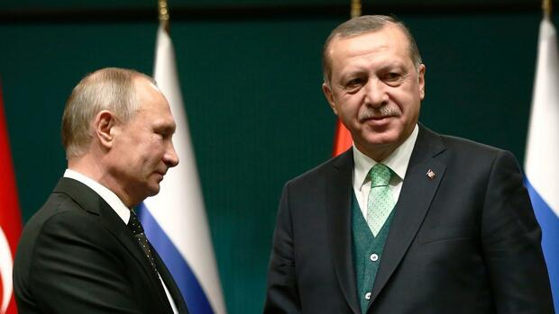 FILE - In this Monday, Dec. 11, 2017 file photo, Turkey's President Recep Tayyip Erdogan, right, shakes hands with Russia's President Vladimir Putin, left, following their joint news statement after their meeting at the Presidential Palace in Ankara, Turkey. NATO-member Turkey has finalized a deal with Moscow to purchase a Russian-made anti-missile system. Under the deal announced by Turkish defense officials on Friday, Dec. 29, 2017. Turkey would buy at least one S-400 surface-to-air missile battery with the option of procuring a second battery. The deal would make Turkey the first NATO member to own Russia's most advanced air defense system and, comes amid Ankara's deteriorating relations with the United States and other western countries. (AP Photo/Burhan Ozbilici, File) Quelle: AP
